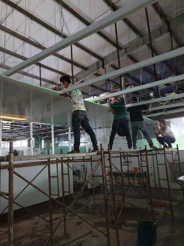 thi công trần nhựa nhà máy thủy sản