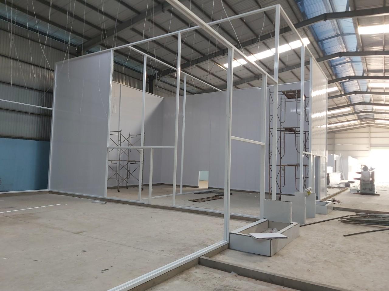 lắp đặt vách nhựa công nghiệp tại nhà máy thủy sản